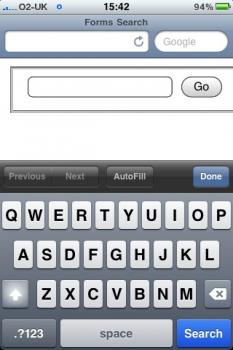 Obrázek iPhone se softwarovou klávesnicí a tlačítkem 'Search'